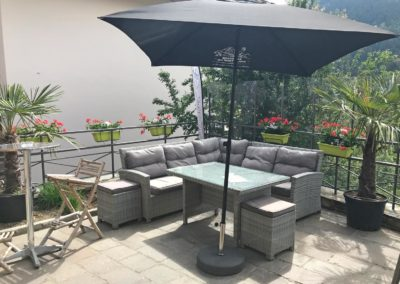 Salon de jardin sur la terrasse exterieure ensoleillée du restaurant bar hauteluce